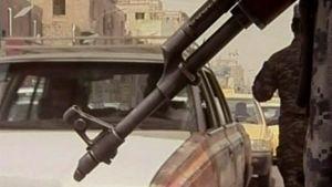 Kadulla partioivan irakilaisotilaan rynnäkkökiväärin piippu