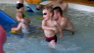 Lapsia uima-altaassa kylpylässä.