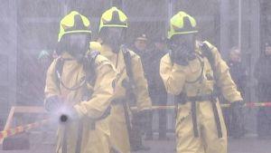 Keski-Uudenmaan pelastulaitoksen palomiehet harjoittelevat kemikaalionnettomuuden torjuntaa.