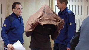 Syytetty saapui oikeuden eteen keskiviikkoaamuna.