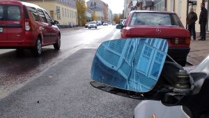 Rikottu auton sivupeili.