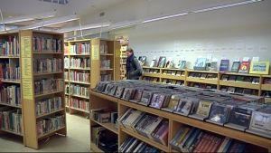 Kirjoja ja levyjä Juvan kirjastossa.