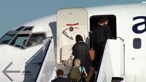Matkustajia nousee lentokoneeseen.