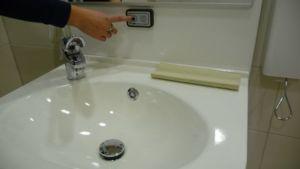 Kylpyhuoneen pesuallas ja peili nousevat ja laskevat nappia painamalla. Säädeltävä allas sopii työikäisille, iäkkäille, lapsille ja pyörätuolin käyttäjälle.