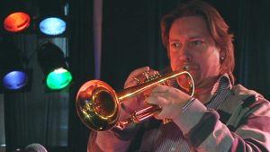 Mika Mylläri soittaa trumpettia.