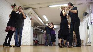Töölön Almacen -tanssisali on tangontanssijoiden valtakuntaa.