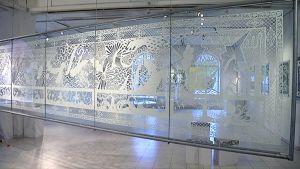 Iso paperikuviotyö taidenäyttelyssä.