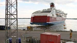 Laiva etääntyy satamasta.