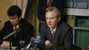 Julian Assange ja avustaja.