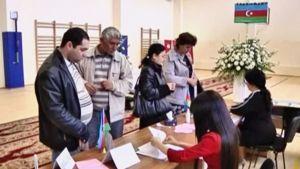 Äänestäjiä ja virkailijoita