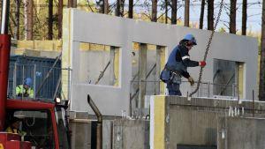 Betonielementtiä nostetaan paikoilleen.