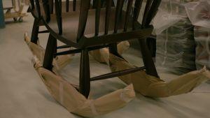 Kiikkustuoli saa jalkaansa pahviset suojatöppöset.