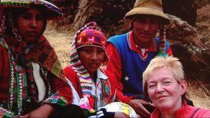 Leena Tanskanen kummipoikansa Seferinon ja hänen perheensa kanssa Perussa.