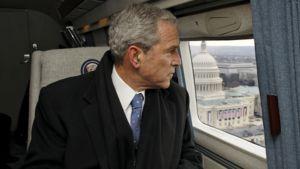 George W. Bush katselee helikopterin ikkunasta Washingtonin kaupunkia.