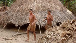 Kaksi heimon asukasta asumuksensa edustalla