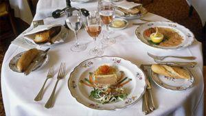 Alkupalat katettuna ranskalaisen ravintolan pöydässä