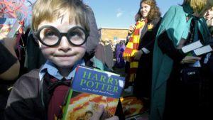 Australialainen Harry Potter -fani pitelee kädessään Harry Potter ja puoliverinen prinssi -kirjaa.