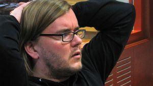 Kuvassa Miesten vuoro- elokuvan ohjaaja ja käsikirjoittaja Mika Hotakainen.