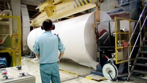 Työntekijä paperitehtaassa.