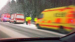 Ambulansseja ja pelastusmiehistöä moottoritien varressa