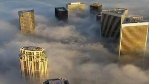 Pilvenpiirtäjiä sumun keskellä.