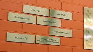 Oulun yliopiston lahjoittajat ovat saaneet nimilaattansa yliopiston aulan seinälle.