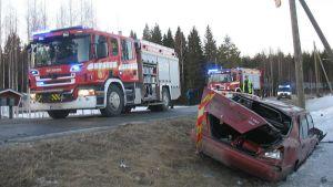 Pelastuslaitos joutui leikkaamaan onnettomuusauton kuljettajan ulos autosta.