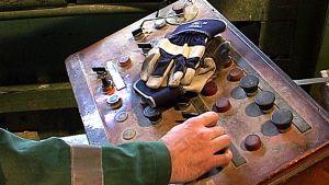 Työmiehen kädet ja hanskat.
