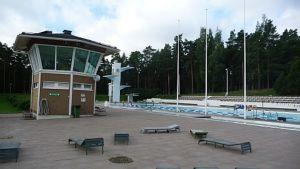 Uimavalvontatorni ja uimallas Porin maauimalassa.