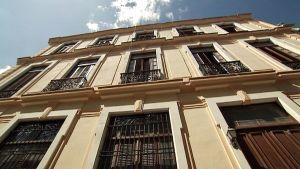 Havannalaisen kerrostalon restauroitu julkisivu.
