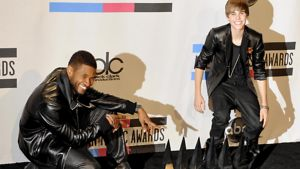 Laulaja Usher ja vain 16-vuotias kanadalaislaulaja Justin Bieber poseeraavat American Music Awards-gaalassa.
