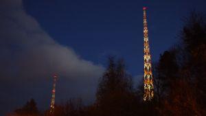 Lahden radiomastot yöllä.