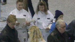 Hunajatiimin tytöt jakoivat esitteitä Turkuhallin avauspelissä.