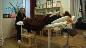 Tuula Vakkila aloitaa flussapotilaan hoidon jaloista.