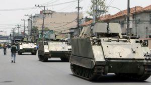 Tankkeja Vila Cruzeiron slummialueen kaduilla Brasiliassa.