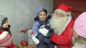 Joulupukki ja lapsia