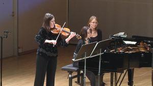 Sini Simonen soittamassa Sibelius-viulukilpailun välierässä.