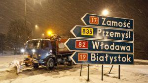Lumiaura auraa tietä lumimyräkässä Puolassa.