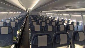 Airbussin tyhjä matkustamo.