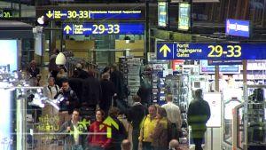 Matkustajia suuntaamassa lentoaseman lähtöporteille.