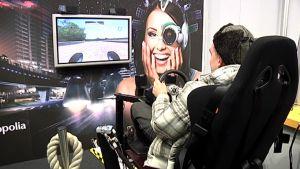 Studia-tapahtumaan saapunut messuvieras testaa ammattikorkeakoulu Metropolian ajopelisimulaattoria.