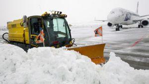 Lunta aurataan Geneven lentokentällä Sveitsissä.