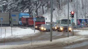 Nykyisin valtatie 12:n liikenne jyrää Lahden keskustan ja Hollolan Salpakankaan halki.