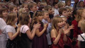 Lapsia Tuusulan kolmasluokkalaisten itsenäisyyspäiväjuhlassa.