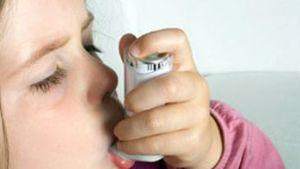 Lapsi käyttää astmapiippua