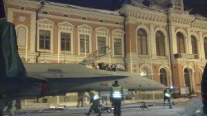Ilmavoimien F-18 Hornet Kuopion kaupungintalon edustalla