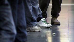 Nuoret seisoskelevat kauppakeskuksessa.