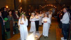 Lucia-kulkue Uskelan kirkossa.