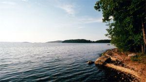 Kesäinen järvimaisema Päijänteen rannalla.