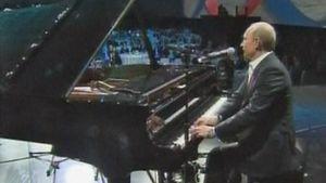Putin soitti pianoa hyväntekeväisyystilaisuudessa.